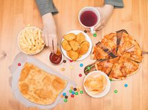 快餐速食概念 吃矿块,薄饼,池氏的青少年的男孩 免版税库存照片