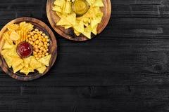 快餐顶上的看法用在黑木桌上的调味汁 库存图片