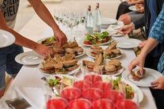快餐,三明治,在自助餐的饮料 客人帮助自己 免版税库存照片