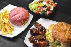 快餐,鲜美食物,街道食物,烤了鸡,汉堡,炸薯条,沙拉 库存图片