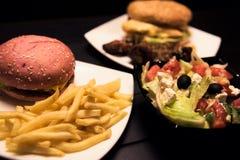 快餐,鲜美食物,街道食物,烤了鸡,汉堡,炸薯条,沙拉 免版税库存照片