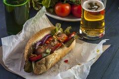 快餐:热狗、啤酒瓶和玻璃 库存照片
