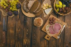 快餐-坚果、肉和乳酪-在一个木板 免版税库存图片