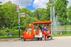 快餐购物车在城市公园在阿姆斯特丹。 库存图片