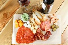快餐 肉和乳酪盘子在餐馆 传统意大利开胃菜-开胃小菜 库存图片