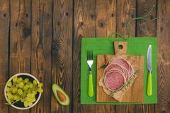 快餐-葡萄香肠、乳酪和鲕梨-在一条木蟒蛇 图库摄影
