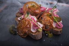 快餐bruschetta用葱和膳食 库存图片