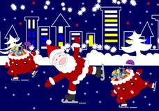 快活的圣诞老人和欢乐袋子与礼物滑冰  免版税库存照片