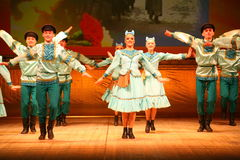 快活的欢乐俄国民间舞 芭蕾舞蹈艺术仿照民间假日Maslenitsa样式 免版税图库摄影