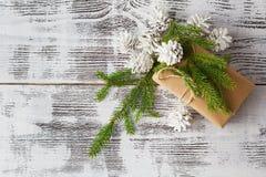 快活背景的圣诞节 圣诞节葡萄酒有wi的礼物盒 免版税图库摄影