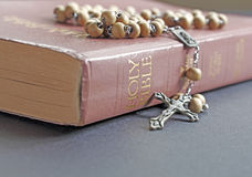 念珠和圣经 库存照片
