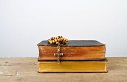 念珠天主教仪式小珠和书  免版税库存照片