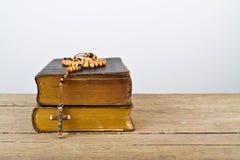 念珠天主教仪式小珠和书  免版税库存图片