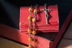 念珠小珠和两圣经 库存照片