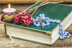 念珠,圣经,在桌上上升了 库存照片