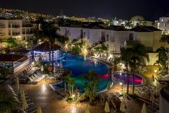 忽略五颜六色的被点燃的旅馆和一游泳场在科斯塔阿德赫的照片,特内里费岛,西班牙 免版税库存图片