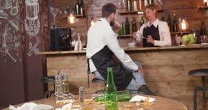 忽略他们的责任的餐馆职员,在餐馆关门后 股票视频