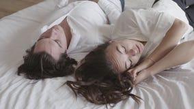 忽略男朋友的让烦恼的被触犯的女孩,转动了,误解,冲突 在床特写镜头的年轻夫妇 影视素材