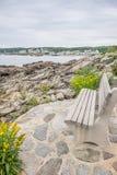 忽略缅因的岩石海岸线的长凳 库存图片