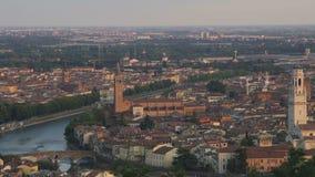 忽略老城市的历史部分有几个塔和河的全景 股票视频