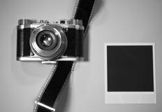 怀乡在白色背景的概念空白立即照片框架与与影片小条的老减速火箭的葡萄酒照相机 免版税库存照片