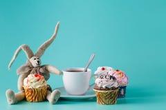 怀乡早餐概念 有咖啡的兔子玩偶 库存图片