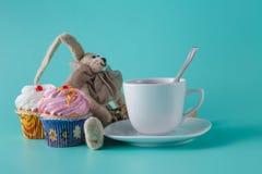 怀乡早餐概念 有咖啡的兔子玩偶 图库摄影