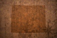怀俄明在老葡萄酒纸背景的状态地图 免版税库存图片