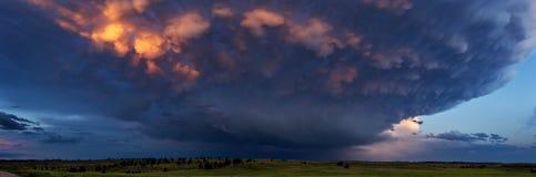 怀俄明有雷暴和mammatus的风景全景覆盖 库存照片