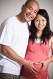 怀孕亚洲的夫妇 免版税库存图片