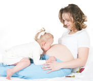 怀孕儿童的母亲 免版税图库摄影