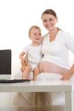 怀孕儿童的母亲 库存照片
