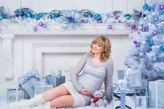 怀孕和圣诞节、人们和期望概念-接触她的腹部的愉快的孕妇 图库摄影