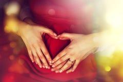 怀孕和家庭爱概念 期待举行hea的父母 库存图片