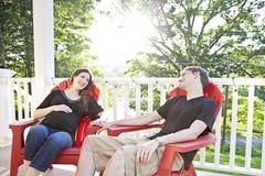 怀孕夫妇放松 免版税库存图片