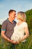 怀孕夫妇的公园 免版税库存图片