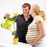 怀孕夫妇的花 免版税图库摄影
