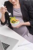 怀孕女实业家吃。T 库存照片
