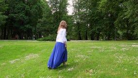 怀孕女性走通过公园草甸在晴朗的夏日 股票视频