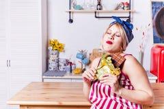 怀孕妇女享用吃巧克力块,拷贝空间 预期金发碧眼的女人想要一些糖果 怀孕异想天开,不健康 免版税库存照片