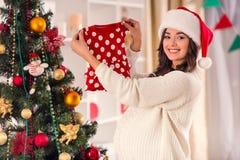 怀孕庆祝圣诞节 免版税图库摄影