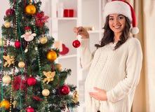 怀孕庆祝圣诞节 免版税库存照片
