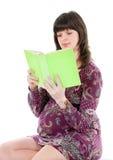 怀孕的书读妇女 免版税库存照片
