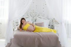 怀孕的休息的妇女 免版税库存照片
