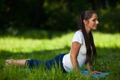 怀孕的体育运动妇女年轻人 免版税库存图片