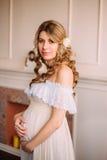 怀孕的俏丽的妇女 库存图片