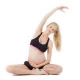 怀孕的健身瑜伽锻炼 免版税库存图片