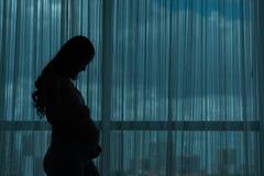 怀孕的剪影妇女 免版税库存图片