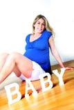 怀孕的坐的妇女 库存图片