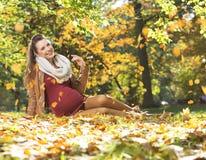 怀孕的夫人的艺术图片在叶子下的下雨 图库摄影